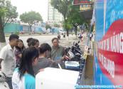 Khách hàng tìm hiểu máy lọc nước thông minh tại 83 Láng Hạ