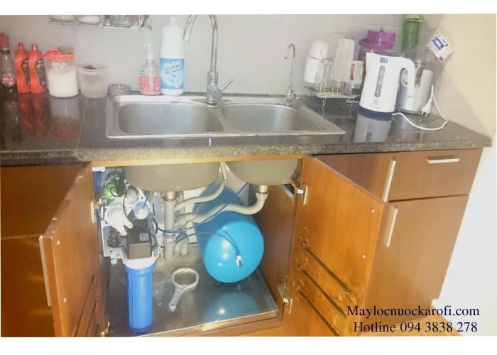 Hình ảnh máy lọc nước Karofi lắp đặt trong gầm bếp